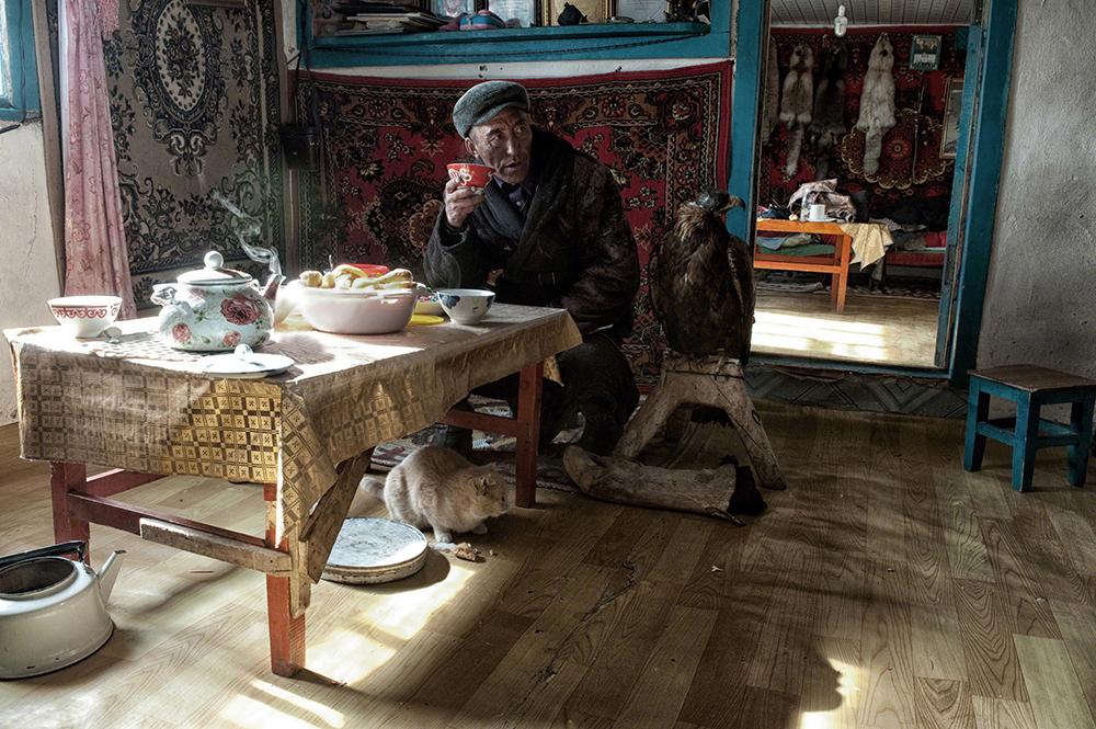 Vanishing & Emerging Cultures, segundo classificado, Simon Morris (Reino Unido): Caçador com águias, Mongólia