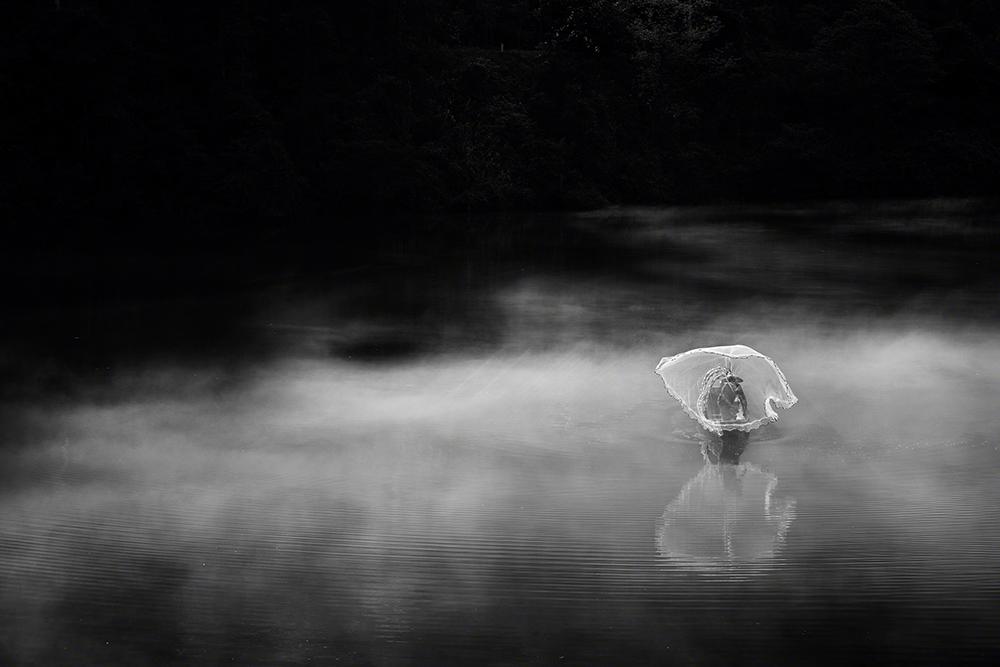 Monocromático, vencedor, Jino Lee (Singapura): Pescador no rio Dong Jiang, Hunan, China