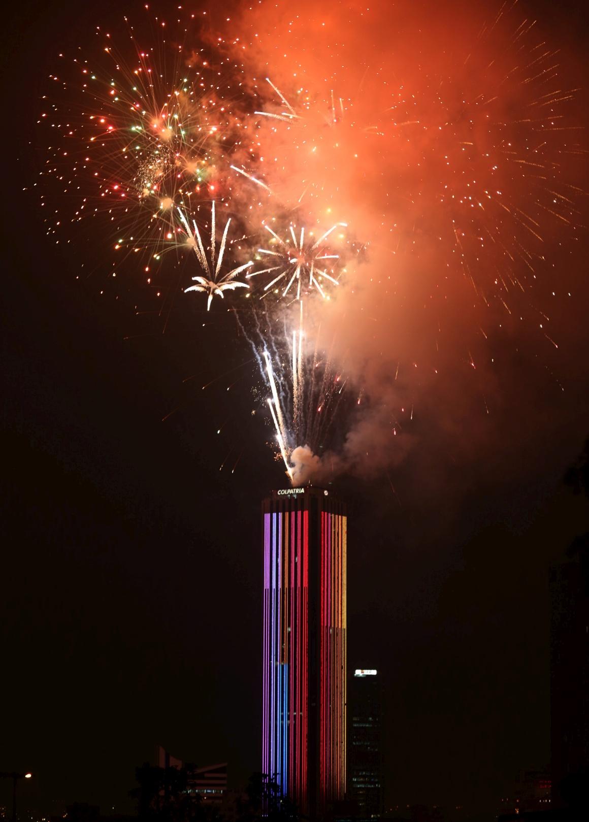 Bogotá, Colômbia, pirotecnia para celebrar iluminações da Torre Colpatria