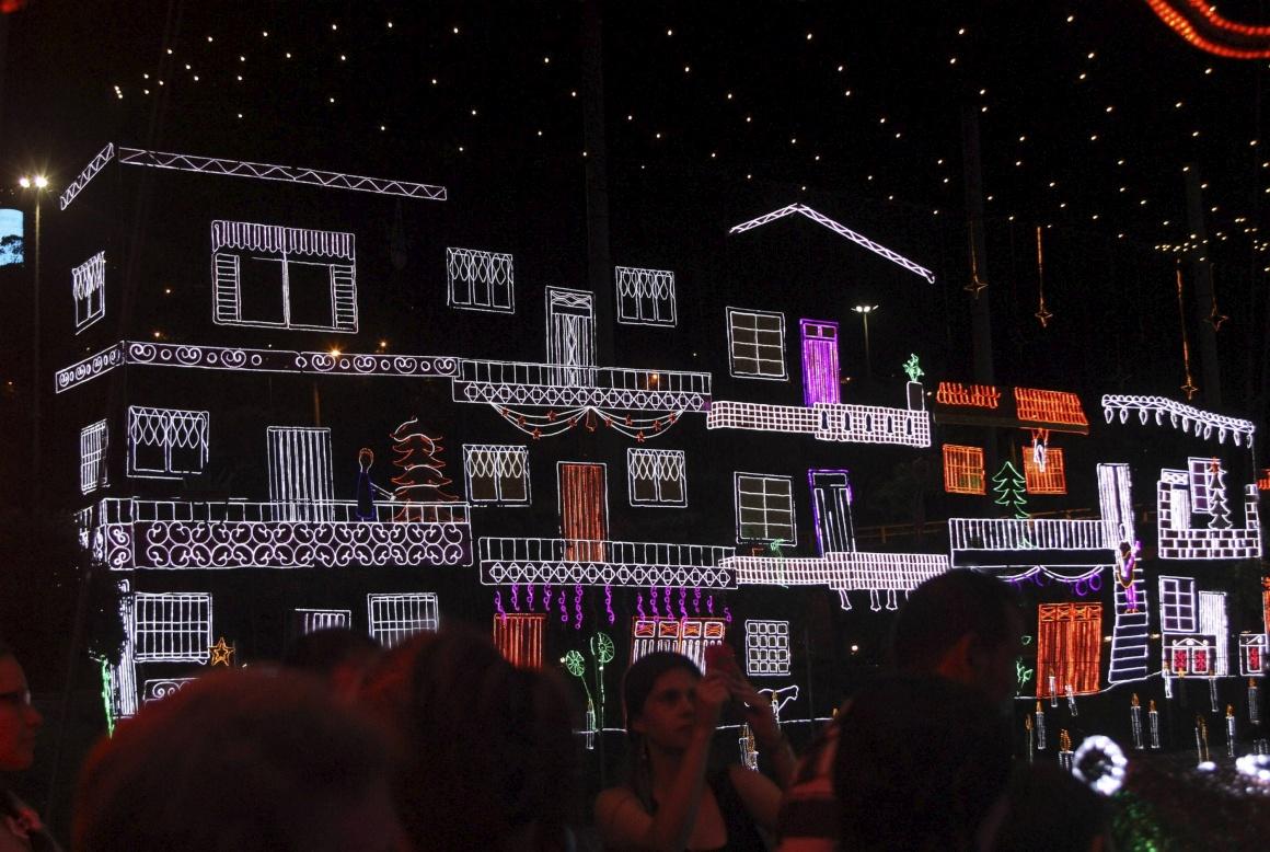 Colômbia, decorações natalícias em casas ao longo do rio Medellín