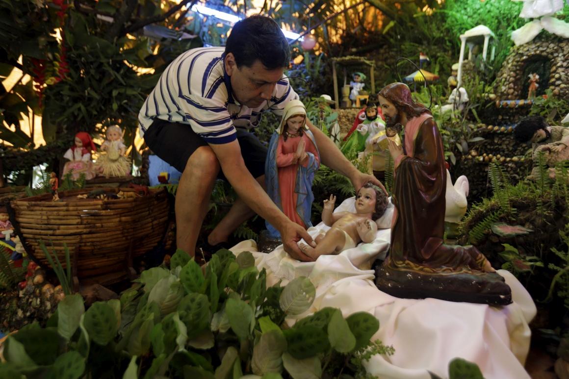 Paraguai. A preparar uma cena da Natividade em Luque, perto de Asunción. Há 60 anos que a família Sabate prepara o seu presépio em movimento
