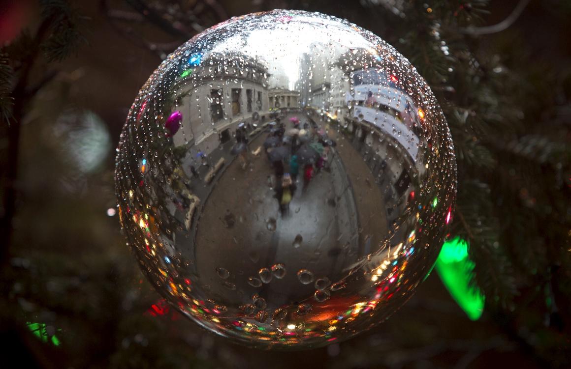 EUA. A Bolsa de Nova Iorque reflectida numa bola natalícia
