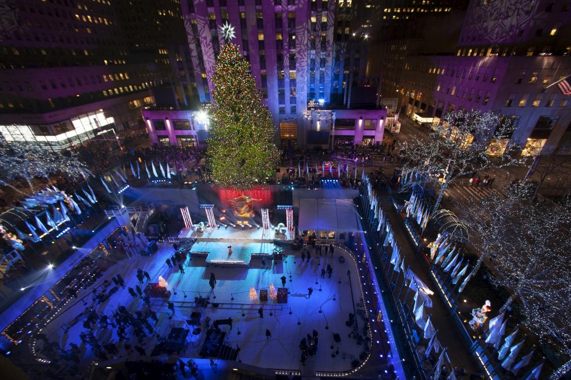 EUA. Uma das mais famosas árvores de Natal do mundo, a do Rockefeller Center em Nova Iorque