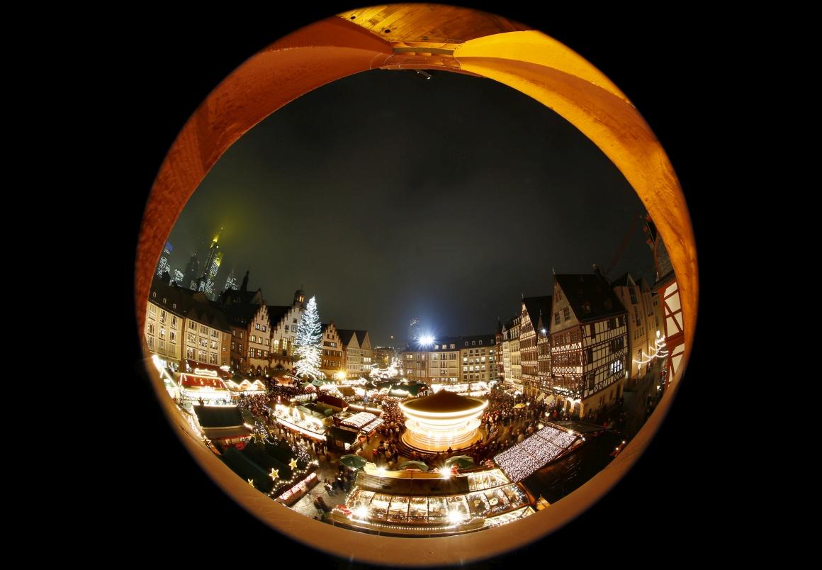 Alemanha, Mercado de Natal de Frankfurt (captado com lente olho-de-peixe)
