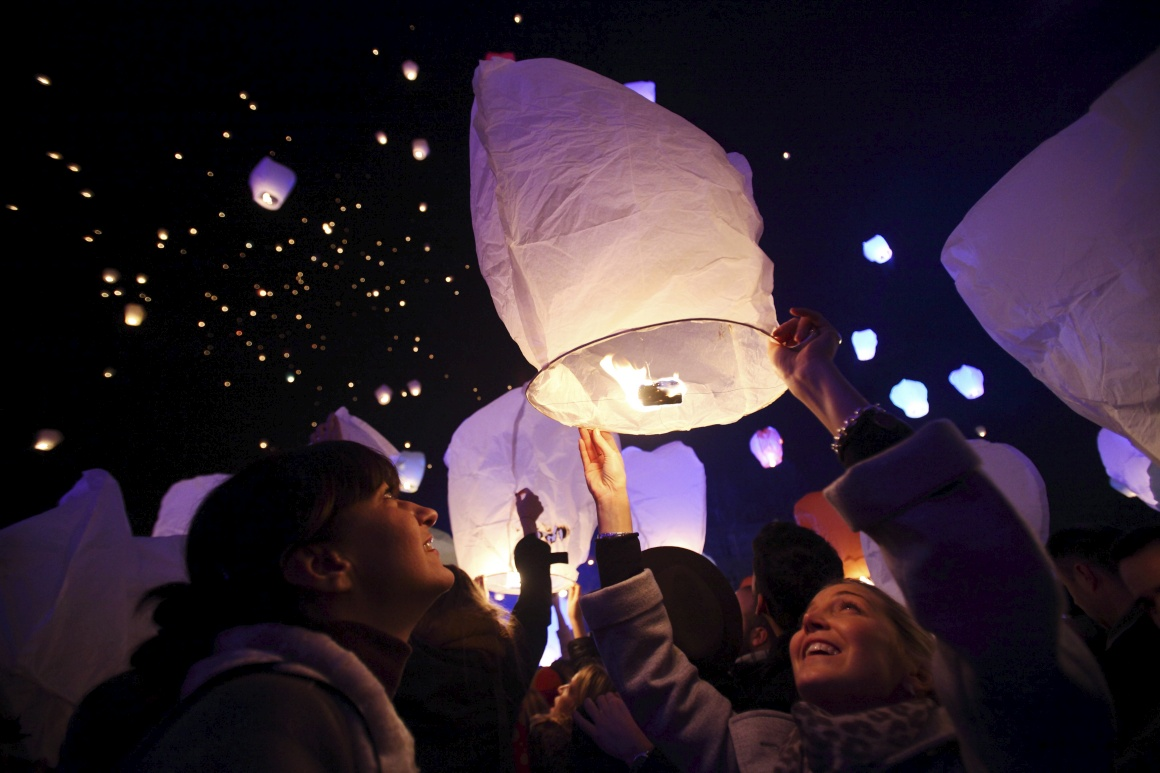 Croácia, Zagreb. Um evento organizado por um artista croata, Kresimir Tadija Kapulica, levou muitos a participar no lançamento colectivo de lanternas que simbolizavam o envio de desejos para o Universo