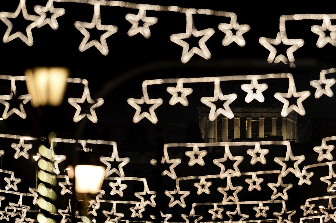 Grécia, o Partenon visto atrás de luzes natalícias em Atenas