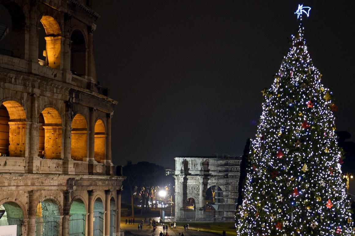 Itália, encontro de tempos, tradições e História numa imagem aparentemente simples: árvore de Natal frente ao Coliseu