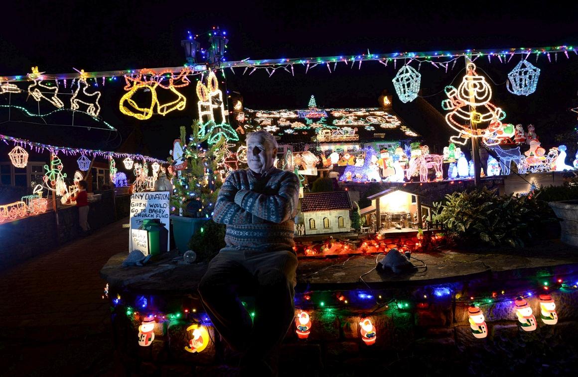 Reino Unido, Bagby (Norte de Inglaterra),  Eric Marshall posa para a foto frente à sua casa decorada para o Natal