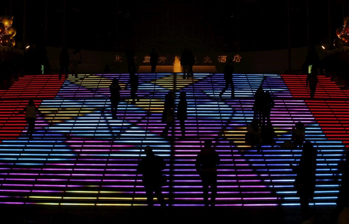 China, Pequim. Escadas iluminadas para celebrar Natal e Ano Novo ocidentais
