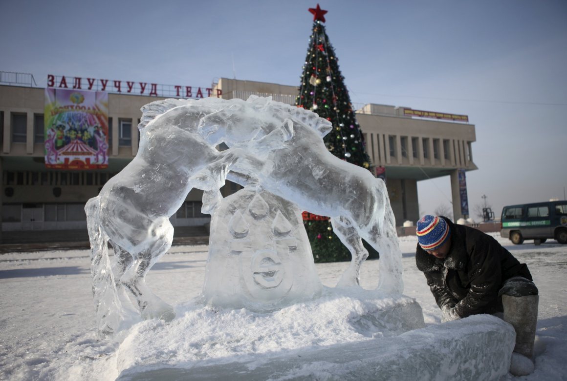 Mongólia, um escultor trabalha a sua obra em gelo, parte das decorações natalícias