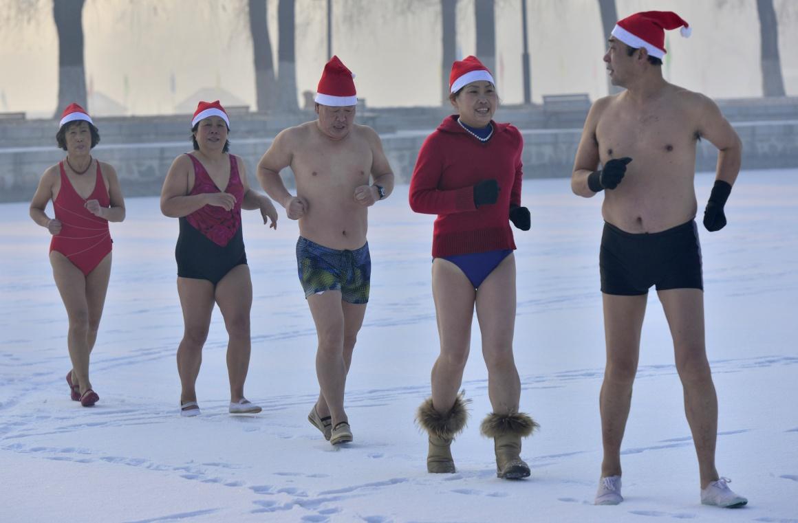 China, Shenyang, banho de Natal de um clube de natação de Inverno