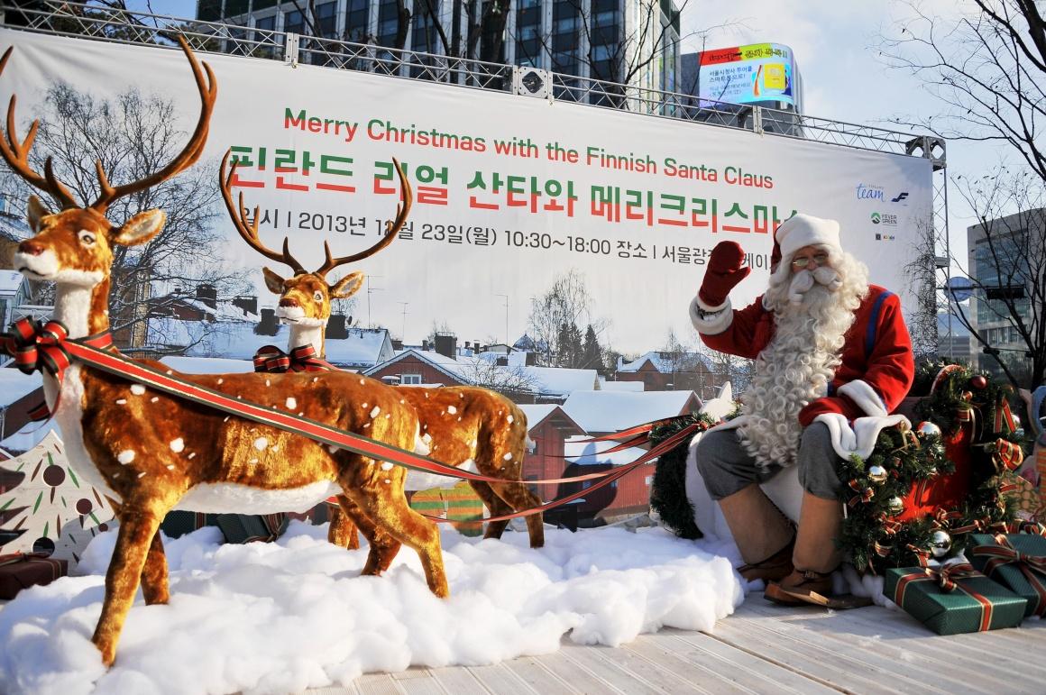 Coreia do Sul, um Pai Natal patrocinado pela embaixada da Finlândia (o Natal é dia feriado na Coreia do Sul, o país da Ásia Oriental com maior comunidade de cristãos depois das Filipinas - 8,6 milhões protestantes e 5,1 milhões católicos)