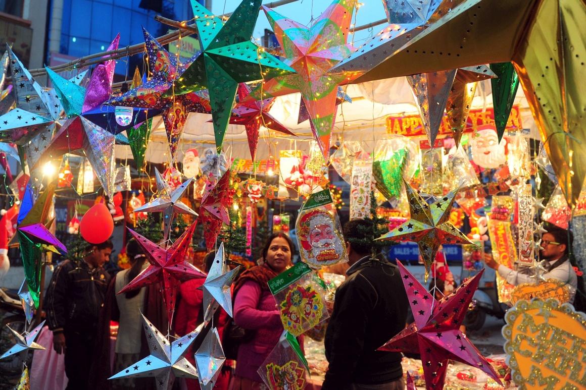 Índia, Allahabad. Apesar da população cristã ser apenas de cerca de 2%, o Natal é celebrado em festa pelo país