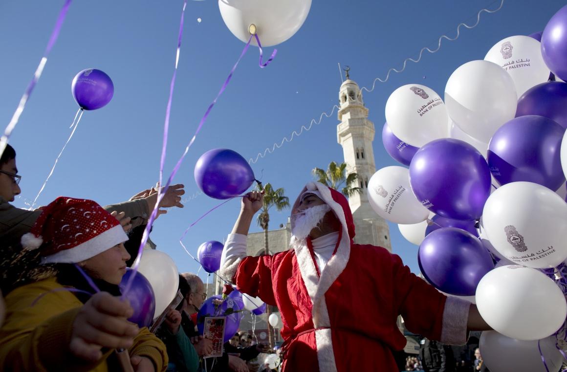 Cisjordânia. Um Pai Natal numa parada de Natal em Belém