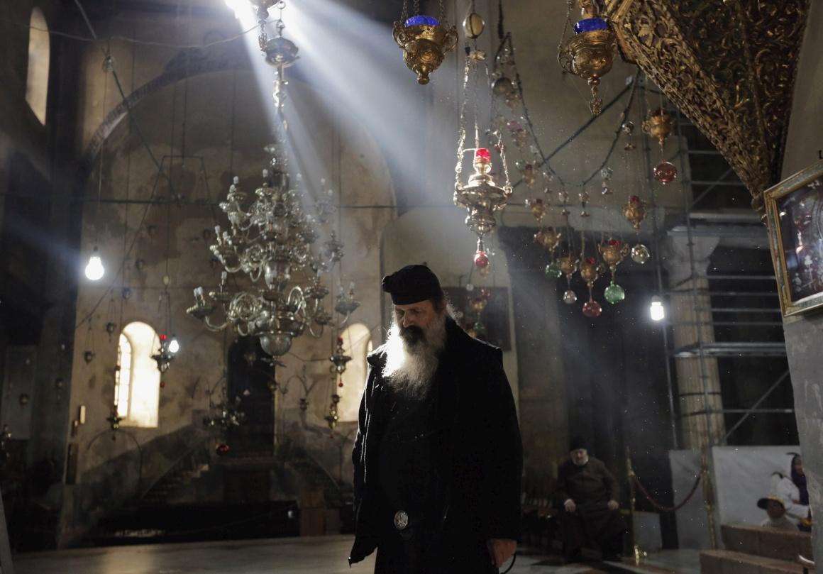 Um padre ortodoxo grego na Igreja da Natividade, o local venerado como o do nascimento de Jesus Cristo, em Belém, na Cisjordânia