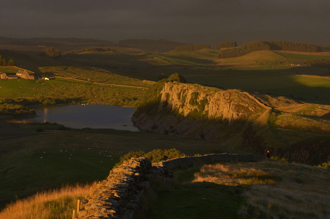 ESCÓCIA, 24.08.2013. Muralha de Adriano a cruzar o campo escocês perto de Crag Lough em Northumberland
