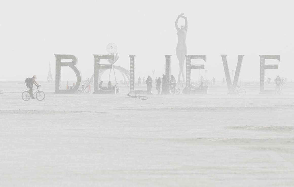 EUA, 1.09.2013. Instalações artísticas no festival de música e arte Burning Man no deserto de Black Rock, no Nevada