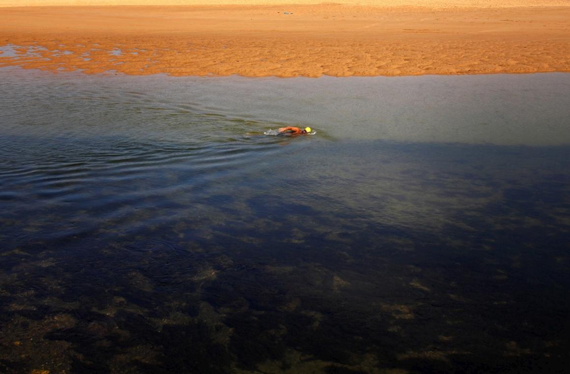 AUSTRÁLIA, 6.09.2013. A nadar contra a corrente na entrada no lago Narrabeen durante uma calorosa Primavera em Sydney