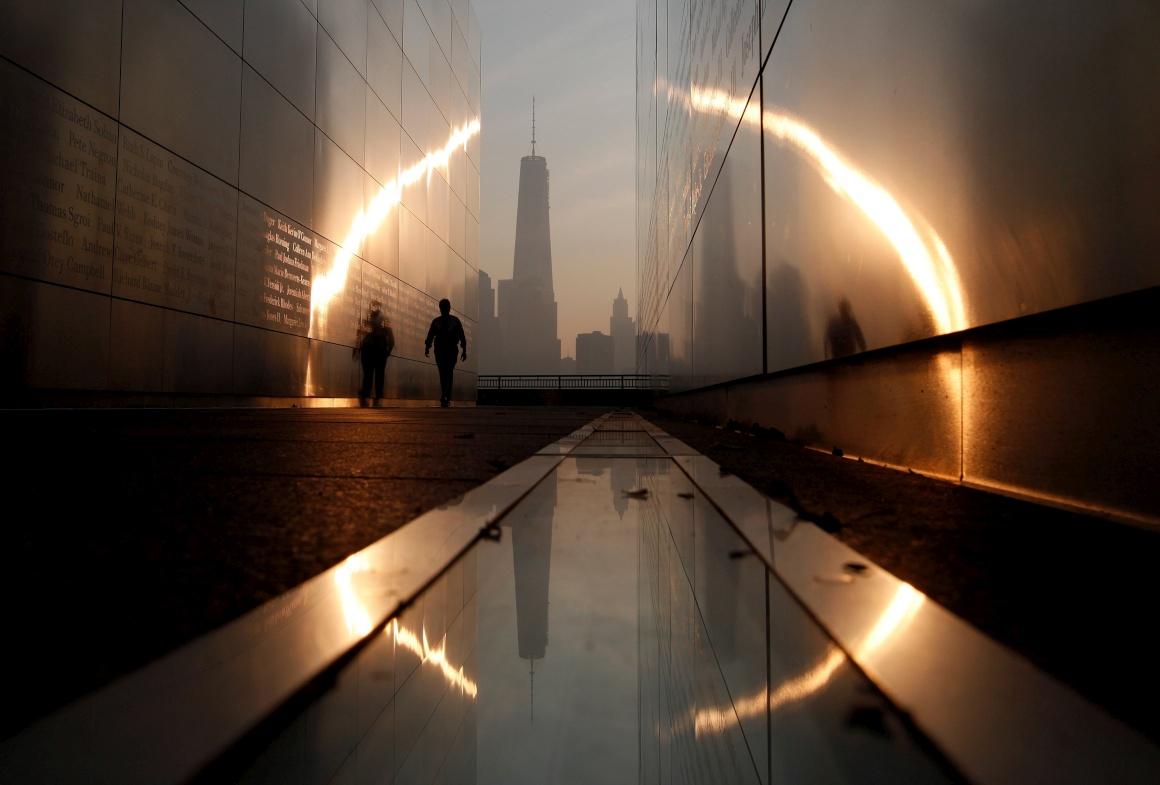 EUA, 11.11.2013. No memorial Empty Sky que homenageia as vítimas do 9/11, em Nova Iorque