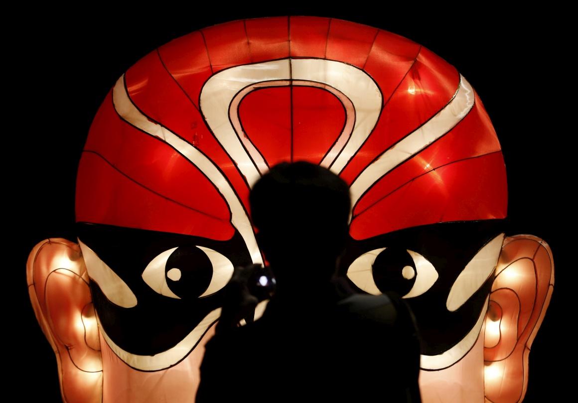 SINGAPURA, 15.09.2013. A fotografar uma réplica gigante e iluminada de uma máscara da ópera chinesa