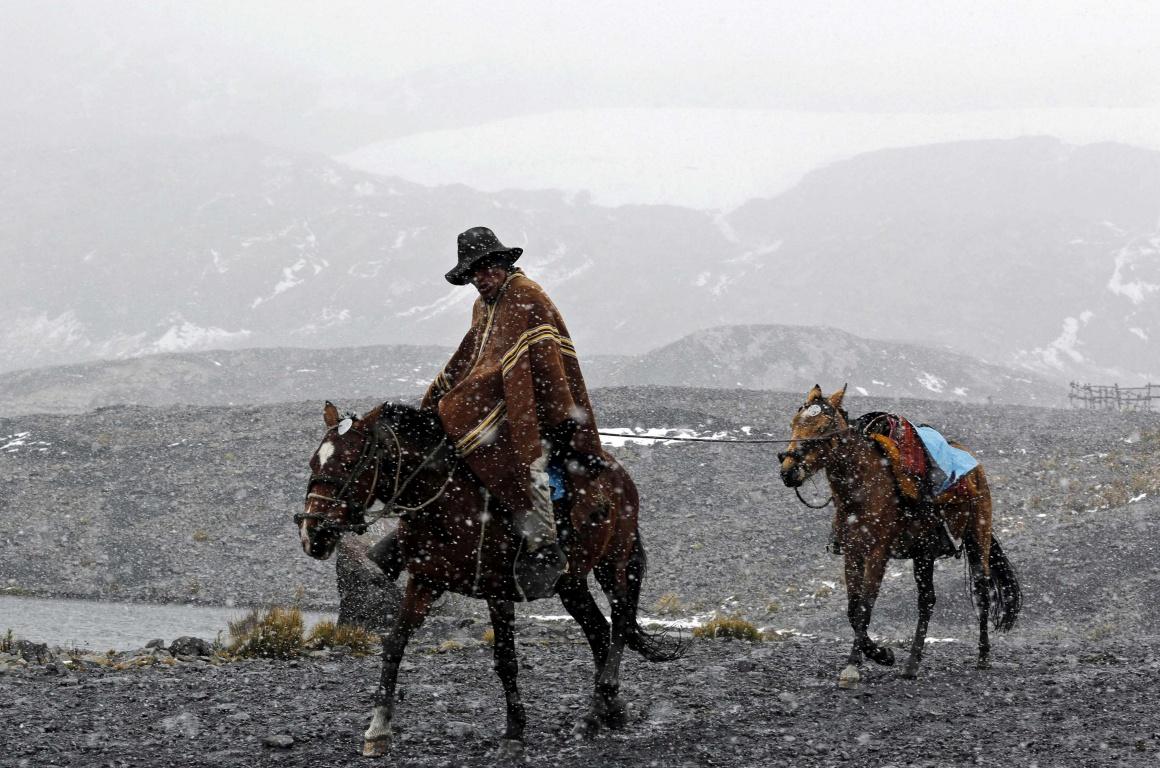 PERU, 19.09.2013. Um guia em regresso do glaciar Pastoruri pela Rota das Alterações Climatéricas em Huaraz