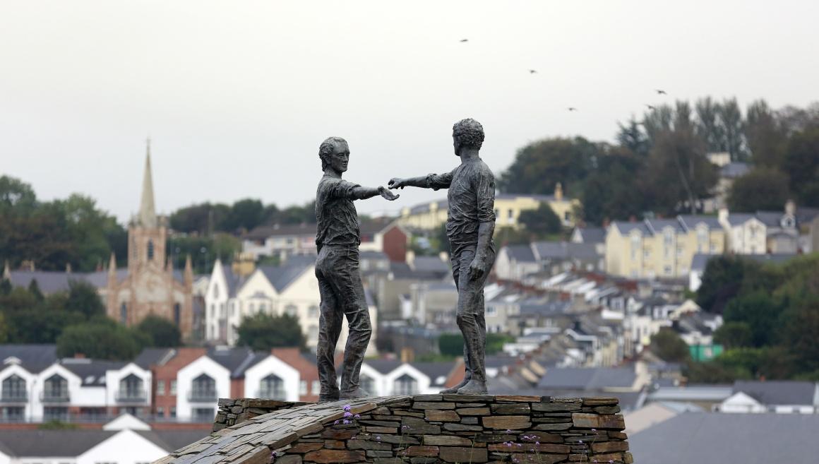 IRLANDA DO NORTE, 3.10.2013. Uma estátua de Maurice Harron a simbolizar a busca de união entre o que está dividido em Derry City (Londonderry), capital britânica da cultura em 2013