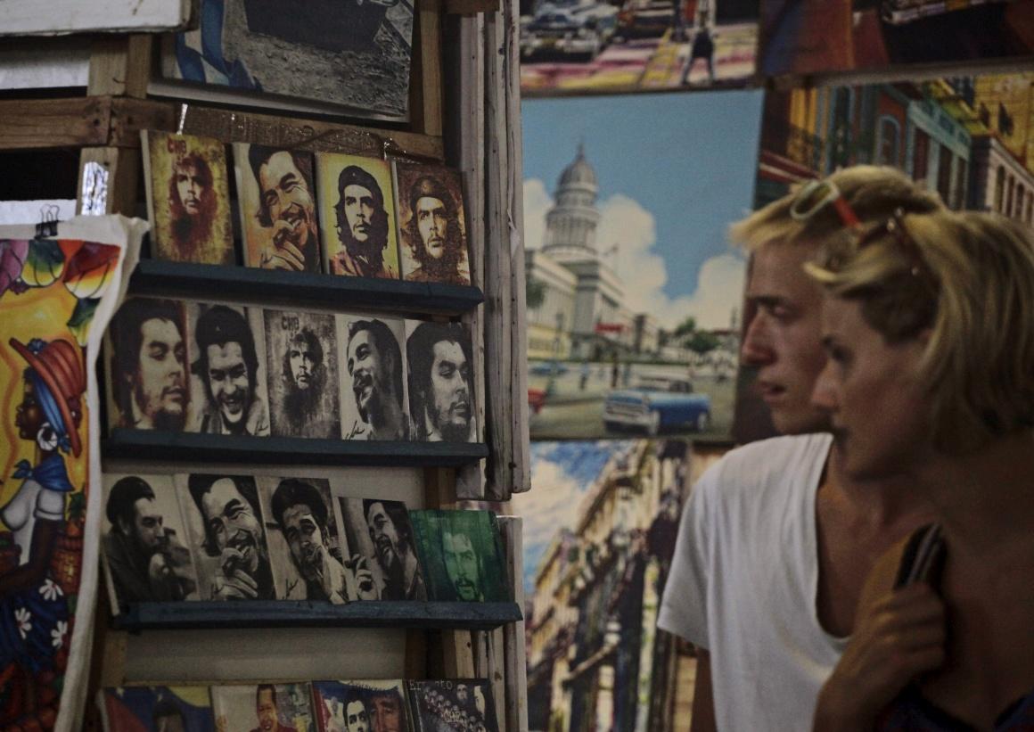 CUBA, 8.10.2013. Turistas observam postais de Che Guevara numa feira de Havana