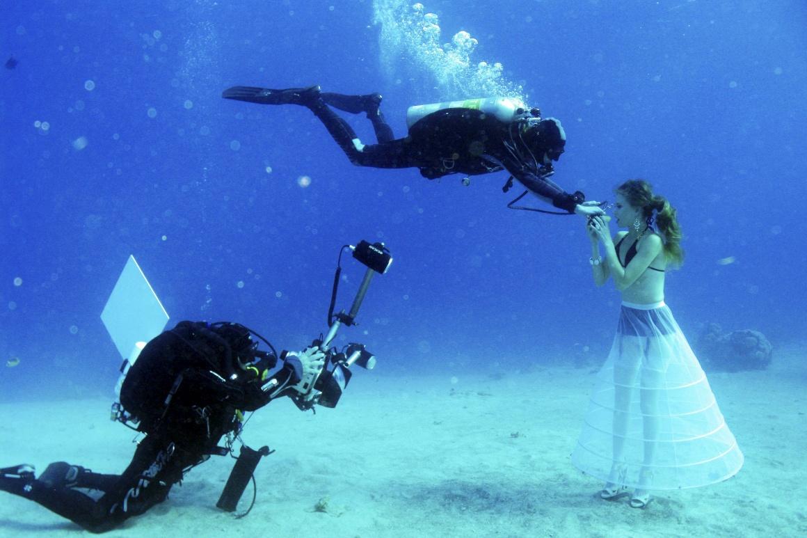 ISRAEL, 22.10. 2013. Uma sessão fotográfica subaquática entre noivos no Mar Vermelho, em Eilat. Sessão para o Red Sea shootout, competição de fotografia subaquática