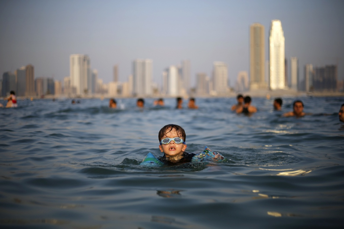 DUBAI, 25.10.2013. Um mergulho na praia de Mamzar