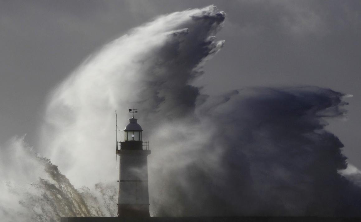 INGLATERRA, 28.10.2013. Ondas gigantes sobre um farol em Newhaven