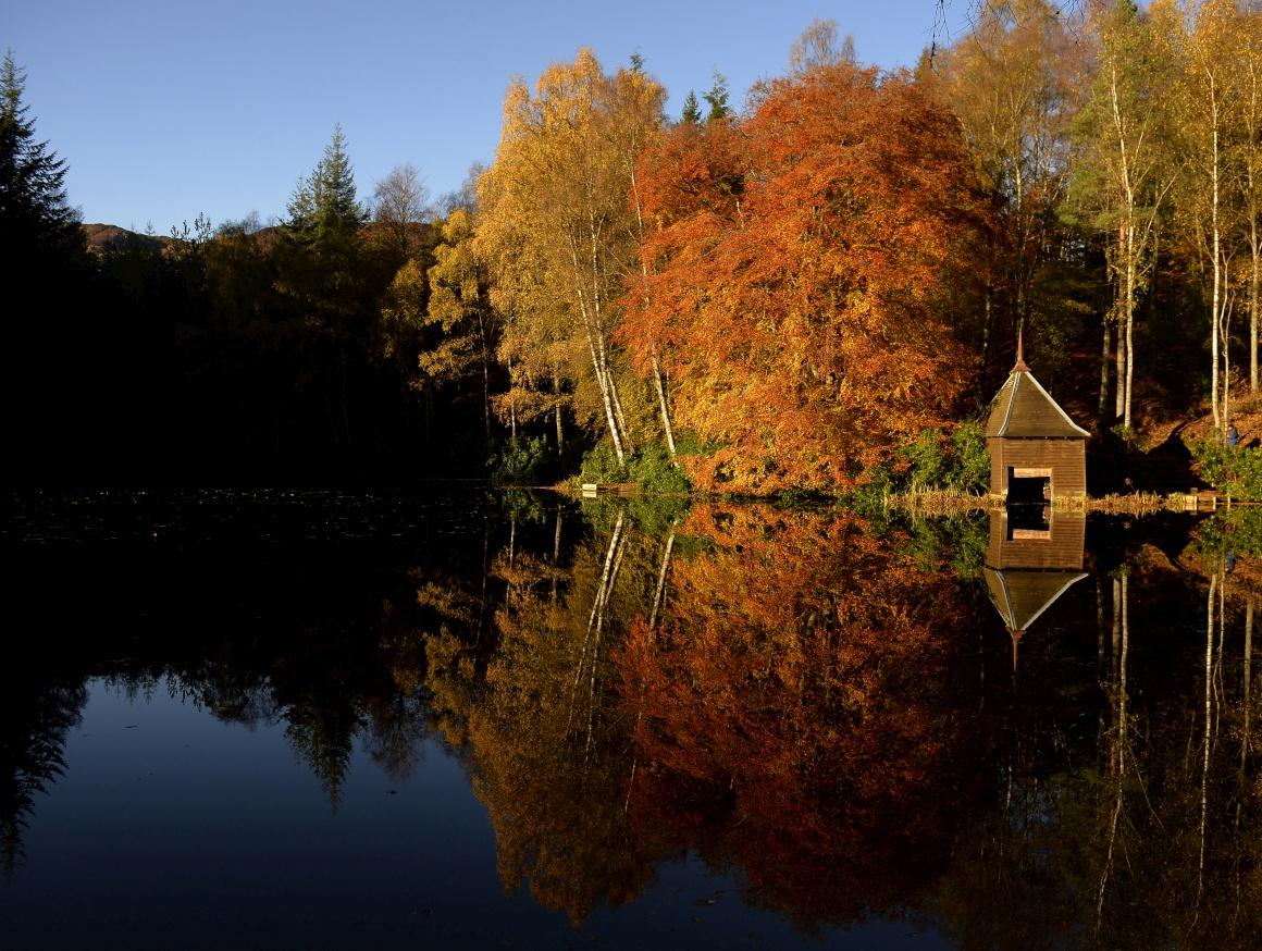 ESCÓCIA, 5.11.2013. O Outono reflectido no lago Dunmore, perto de Pitlochry