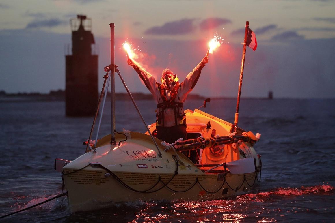 FRANÇA, 12.11.2013. A remadora solitária Mylene Paquette, do Canadá, celebra a chegada ao porto de Lorient, na Bretanha, depois de 140 dias no mar, tornando-se a primeira mulher a atravessar sozinha a remos o Atlântico.