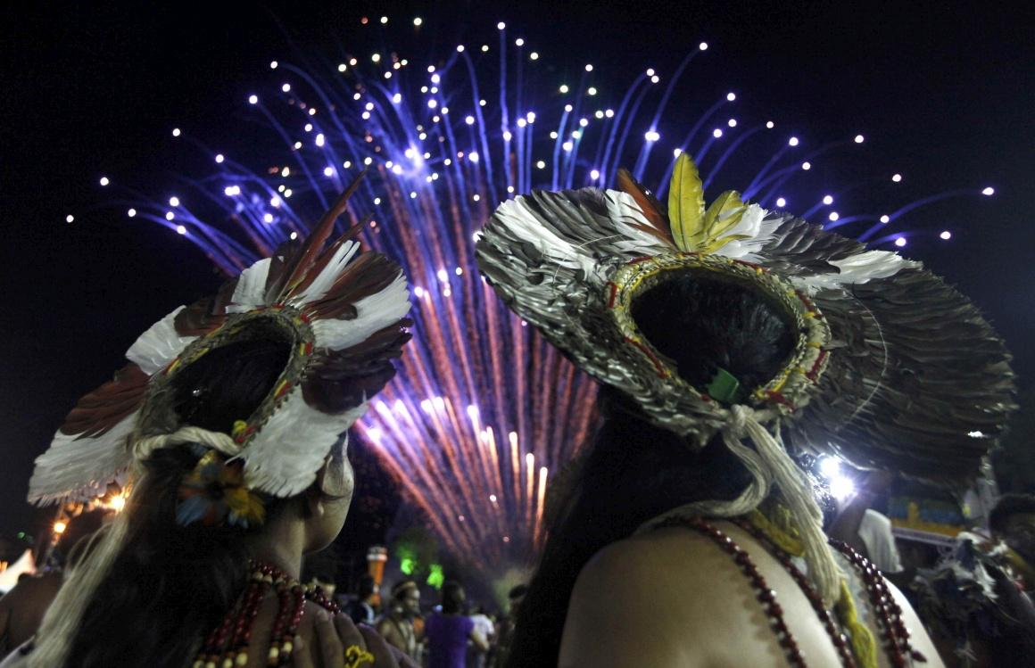 BRASIL, 16.11.2013. Cidadãos indígenas do Brasil observam os fogos-de-artifício nas cerimónias de encerramentos dos XII Jogos do Povo Indígena, em Cuiabá