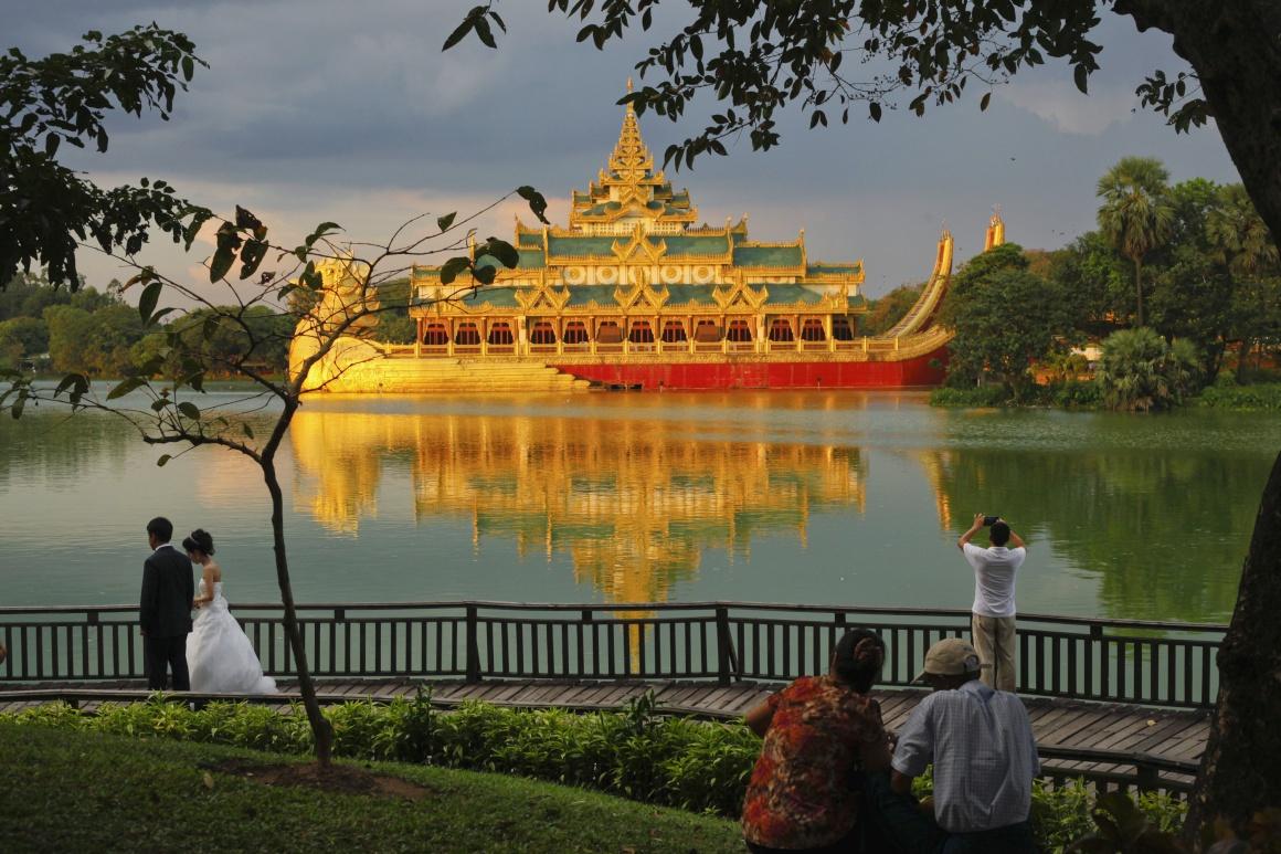 BIRMÂNIA (Myanmar), 18.11.2013. Na ponte de madeira do lago Kandawgyi, em Yangon