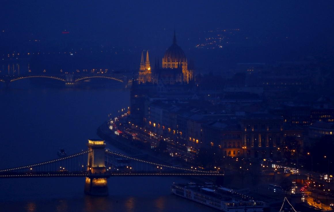 HUNGRIA, 20.11.2013. Budapeste à noite, vista do rio Danúbio