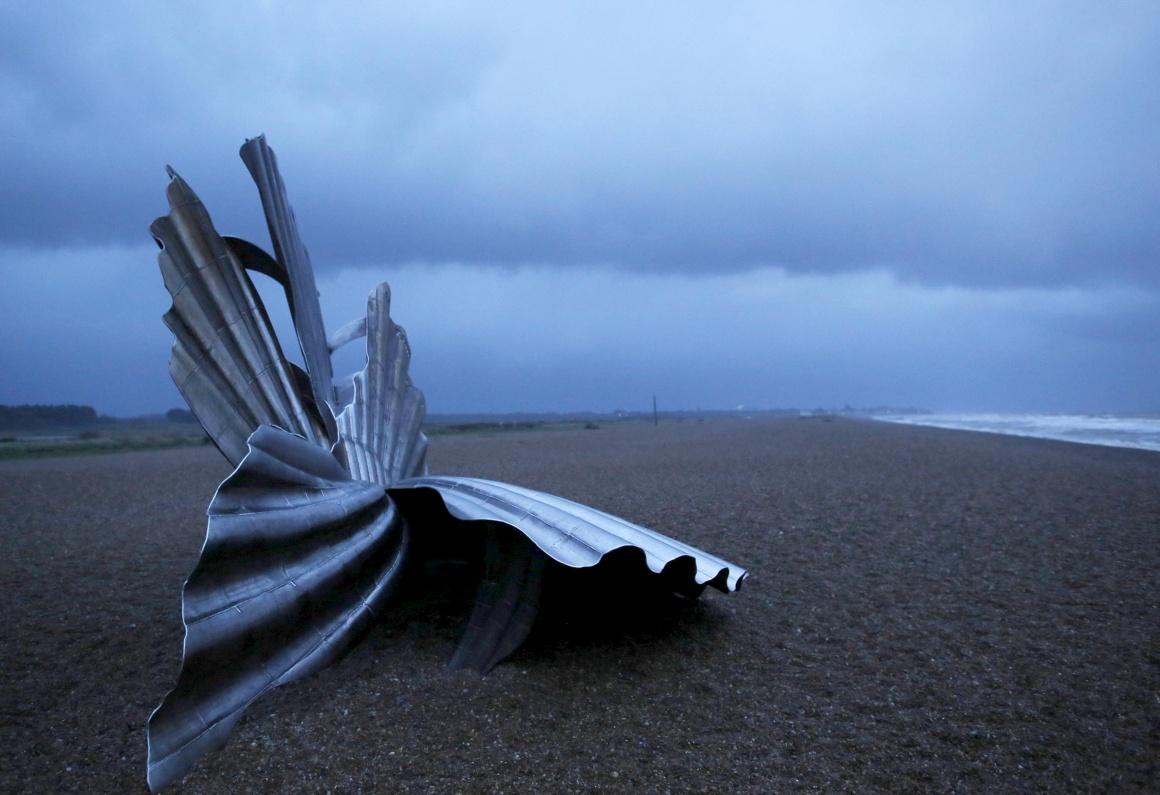 INGLATERRA, 21.11.2013. Na praia de Aldeburgh, uma escultura de Maggi Hambling,