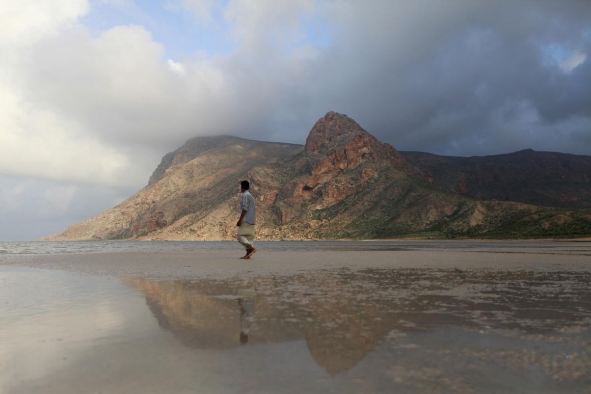 IÉMEN, 21.11.2013. Um guia local aproxima-se da lagoa e praia de Ditwa, perto do porto de Qalensiya