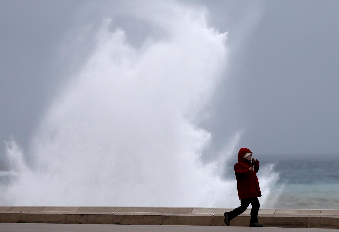FRANÇA, 25.12.2013. A correr frente a uma onda gigante em Nice