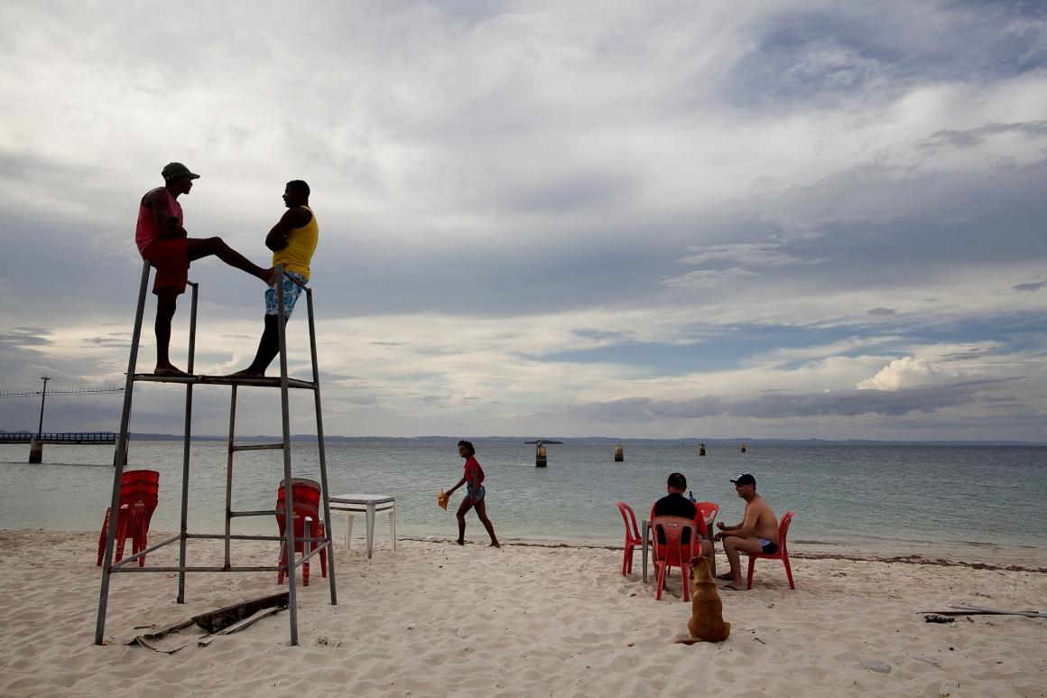 BRASIL, 26.11.2013.  Vida de praia na vila de Itaparica na ilha de Itaparica, Salvador de Bahia
