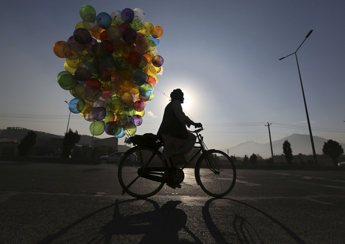 AFEGANISTÃO, 3.12.2013. Um vendedor de balões na sua bicicleta em Kabul