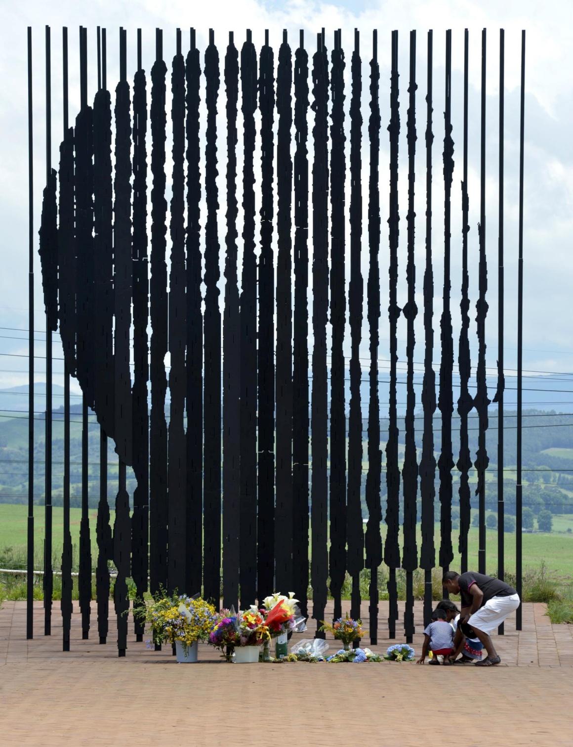 ÁFRICA DO SUL, 6.12.2013. Homenagem a um herói do mundo, Nelson Mandela, após o seu falecimento. Mandela Capture Site (o local onde Mandela foi preso), Howick, KwaZulu-Natal