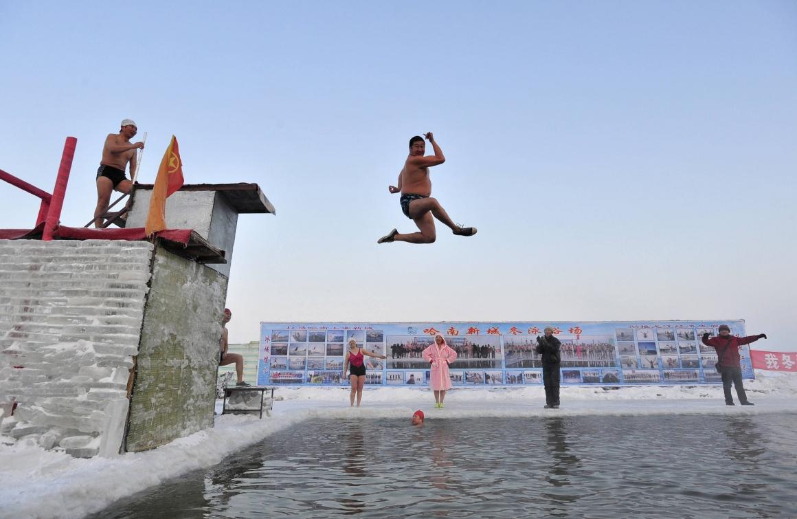 CHINA, 28.12.2013. Um mergulho no Inverno: no parcialmente gelado rio Songhua, em Harbin, onde decorre em Janeiro um dos maiores festivais de gelo e neve do mundo. Temperatura: -21ºC
