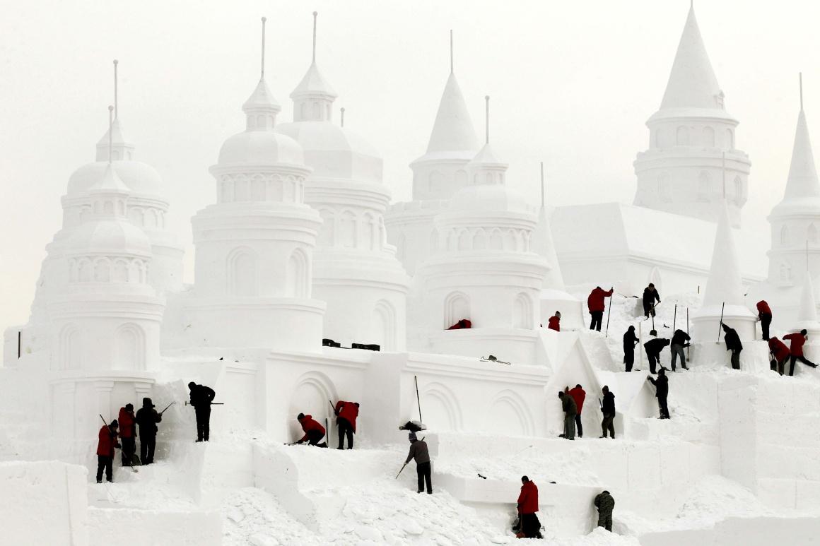 CHINA, 30.12.2013. A erigir um castelo de gelo em Changchun