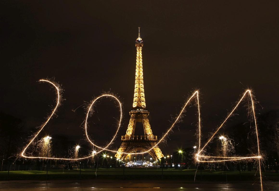 FRANÇA, 30.12.2013. Paris, Torre Eiffel (longa exposição)