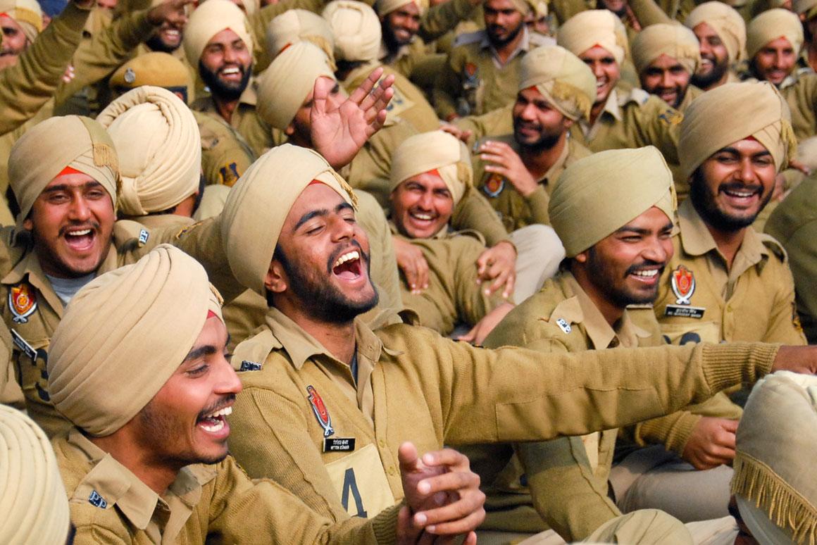 Polícias praticam yoga do riso em Punjab, na Índia