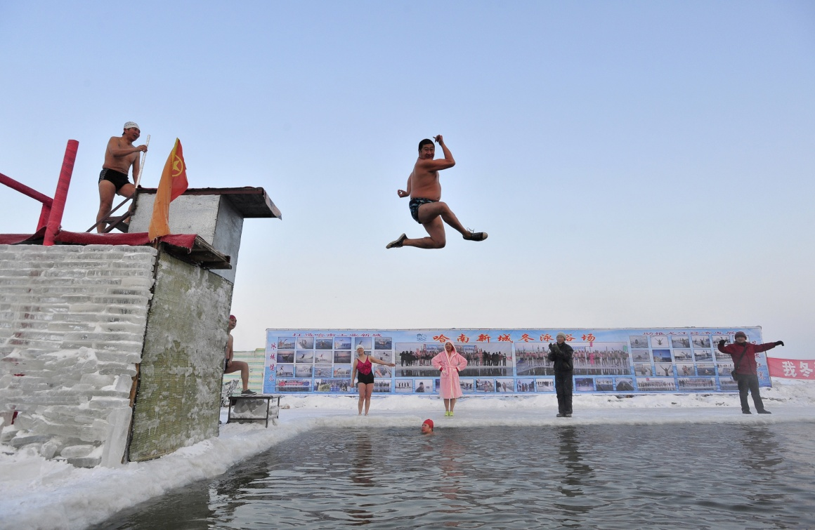 Um mergulhador no rio de Harbin, -21ºC