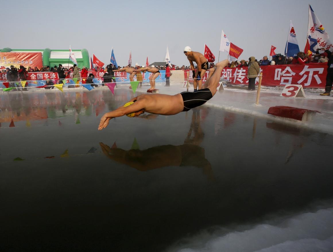 Competição de natação nas águas geladas, em Harbin