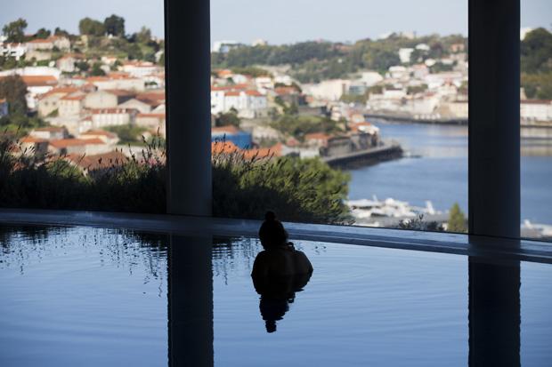 A piscina interior aquecida do spa oferece uma vista privilegiada sobre o Douro