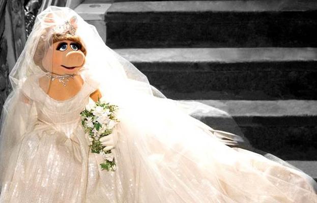 Miss Piggy veste Vivienne Westwood para subir ao altar