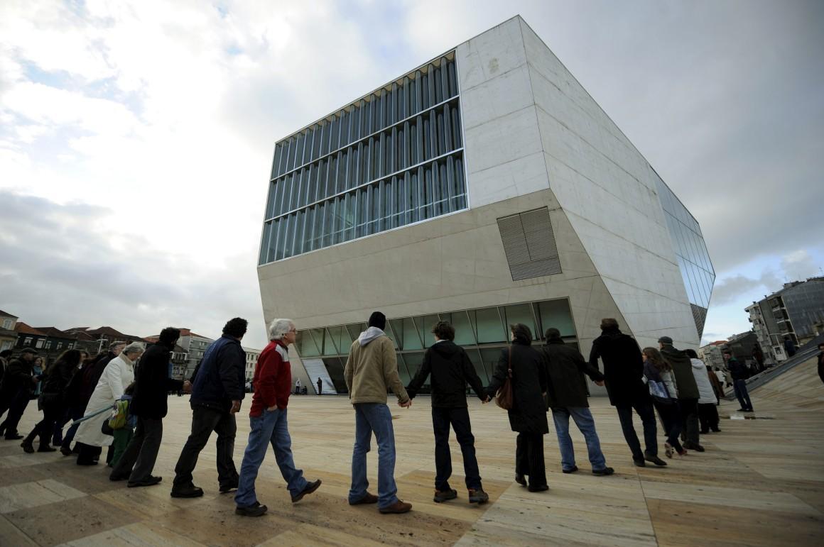 Um abraço à Casa da Música, em 2012, durante um rotesto contra o corte de 30% no financiamento do Estado